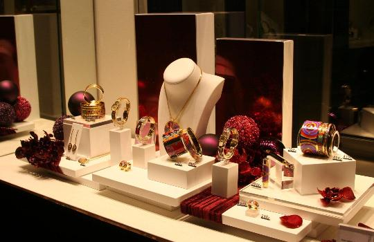 Ways you can Properly Display your Jewelry to Attract More Customers